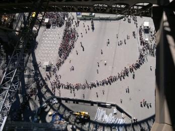 Paris, Blick aus dem Inneren des Eiffelturms nach unten